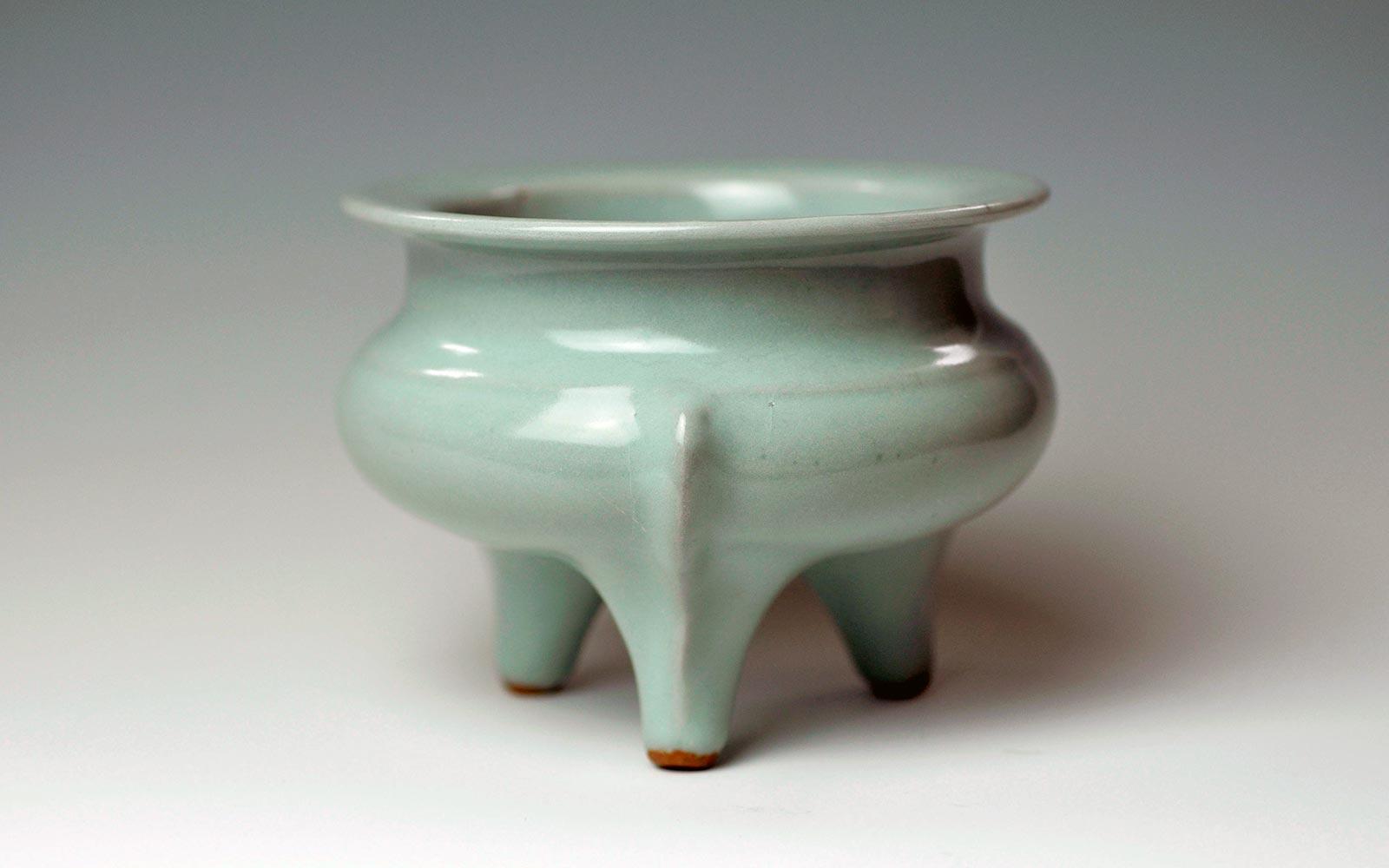南宋 龍泉窯鬲式爐 Longquan Ware Tripod Incense Burner, Southern Song Dynasty (1128-1279 CE), h9xd12.9cm