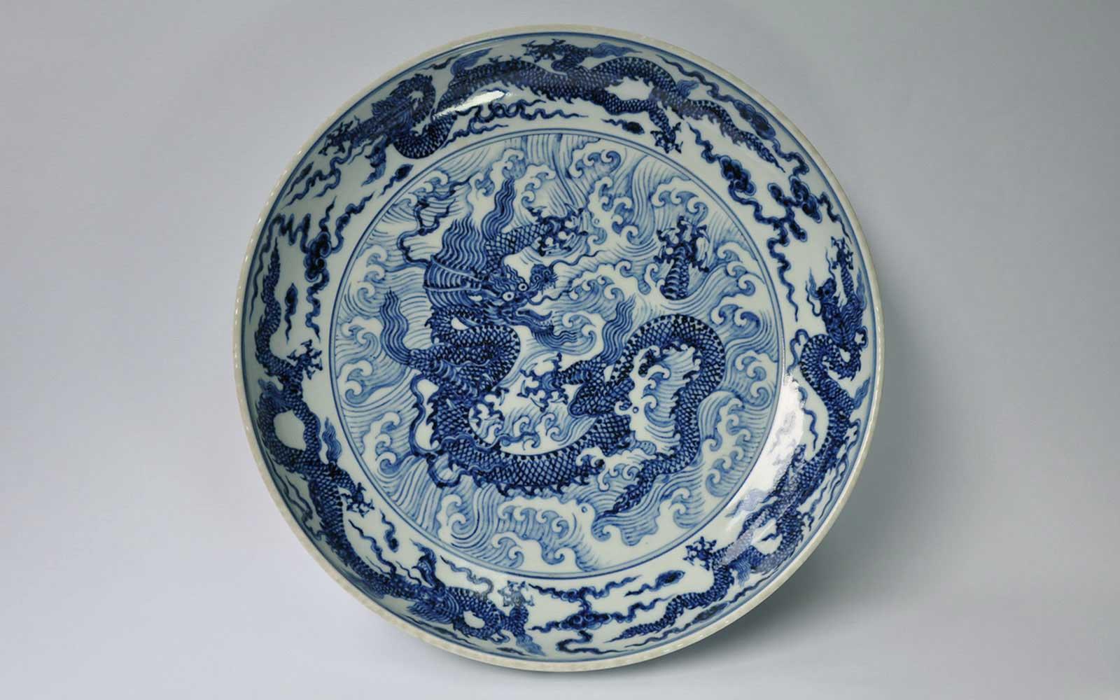 明宣德 青花海水龍大盤 Plate with dragon & waves design, Ming dynasty, Xuande reign and marked (1426-1435 CE), d31.5xh6xf23cm